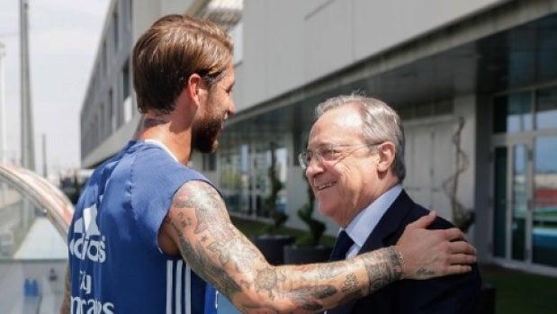 Florentino Pérez saluda a Ramos en Valdebebas