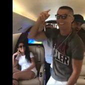 Cristiano baila en su jet privado con Georgina riéndose
