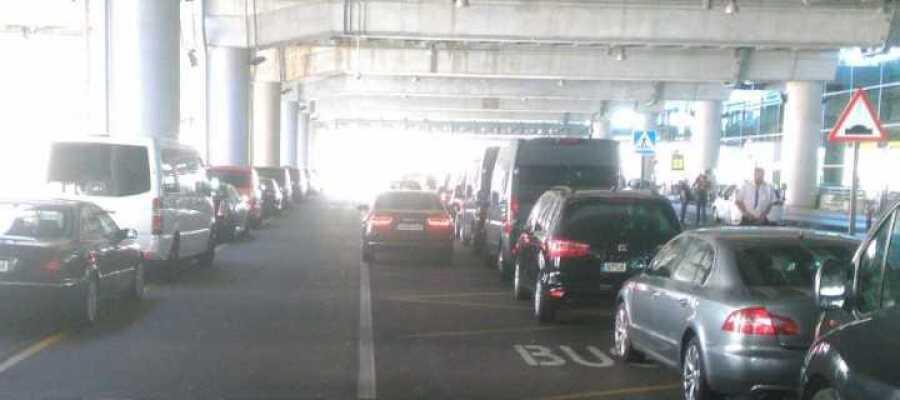 Los taxistas de Elche denuncian la proliferación de vehículos de alquiler con conductor en el Aeropuerto Alicante/Elche.