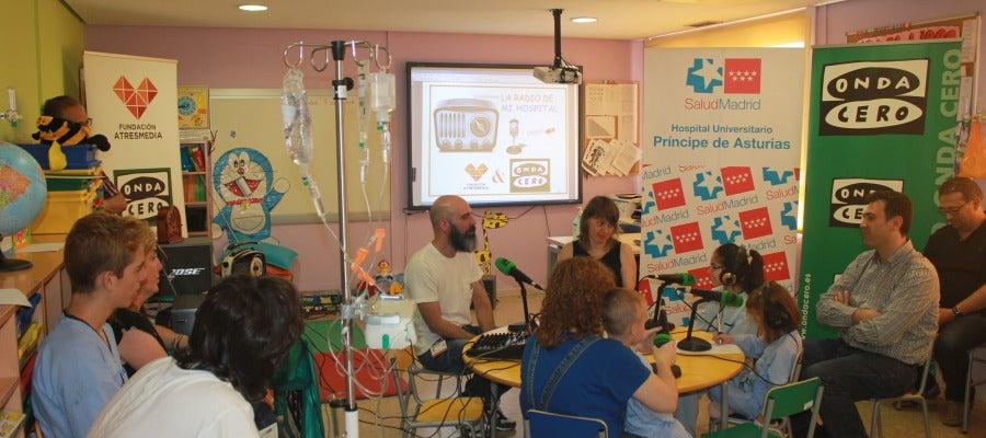 El Hospital Príncipe de Asturias de Alcalá de Henares acoge el taller de radio de la Fundación Atresmedia