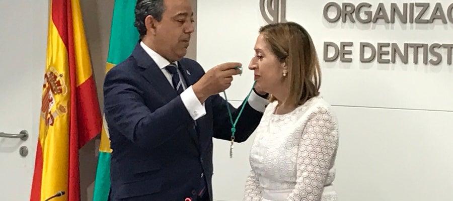 El presidente del Consejo General de Dentistas ha entregado la medalla de Miembro de Honor de la Organización a Ana Pastor