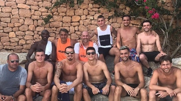 Verratti junto a Ibrahimovic y otros futbolistas en Ibiza