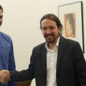 Los secretarios generales del PSOE, Pedro Sánchez (i), y de Podemos, Pablo Iglesias
