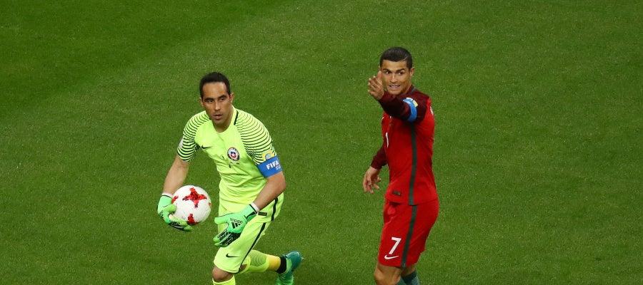 Claudio Bravo saca de puerta ante la mirada de Cristiano Ronaldo