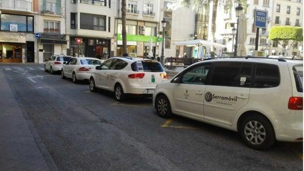 Taxis en una parada de Elche.