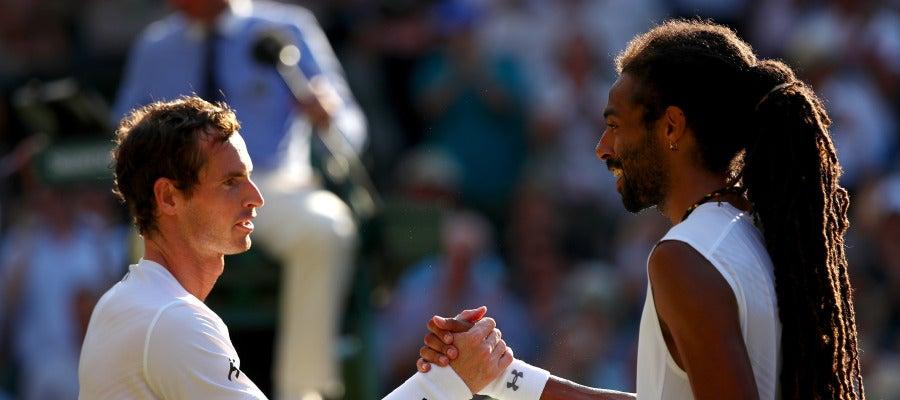 Andy Murray saluda a Dustin Brown tras sellar su pase a tercera ronda