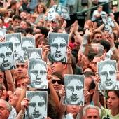 Manifestantes portan fotos de Miguel Ángel Blanco durante la manifestación en Madrid