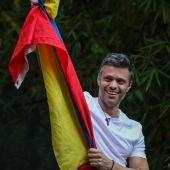Leopoldo López tras salir de la cárcel en Venezuela