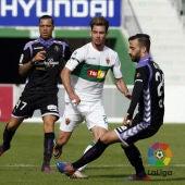 Luis Pérez disputando un partido con el Elche