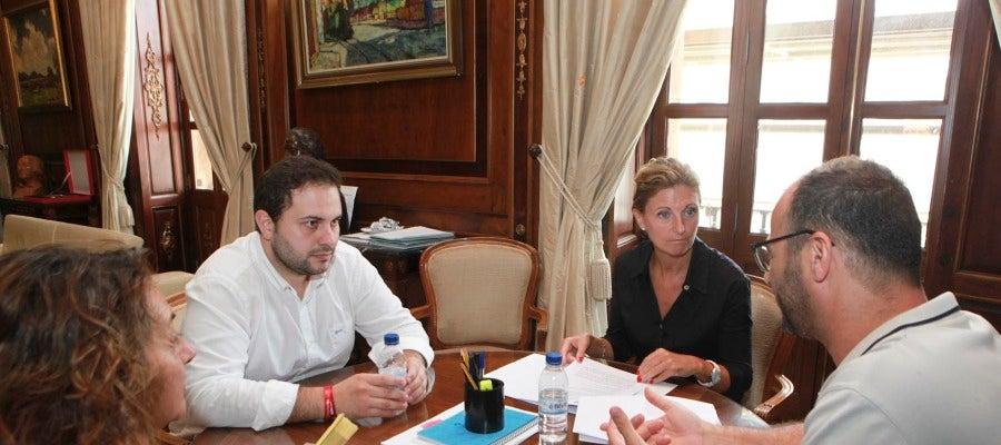 La alcaldesa, Amparo Marco, y el concejal de Bienestar Social y Dependencia, José Luis López, han mantenido esta mañana un encuentro con representantes del Colegio Oficial de Trabajo Social de Castellón, encabezada por su presidente, Jaume Agost, y Pilar Busquets.