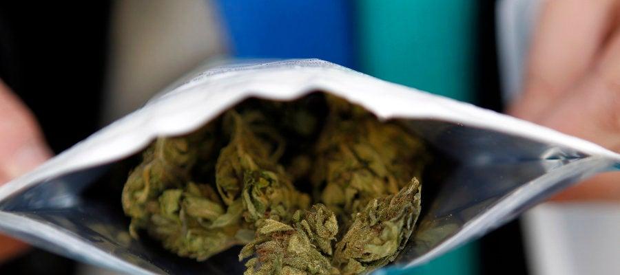 Imagen de archivo de una bolsita de cinco gramos de cannabis