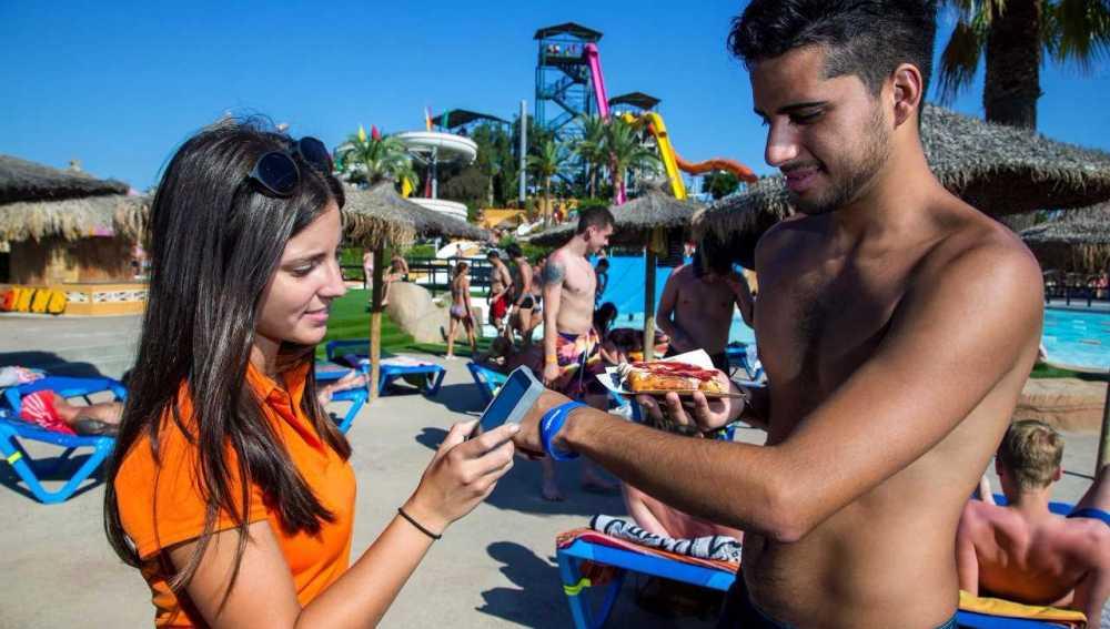 Los bañistas pueden disfrutar de la pulsera easyGOband durante el verano.