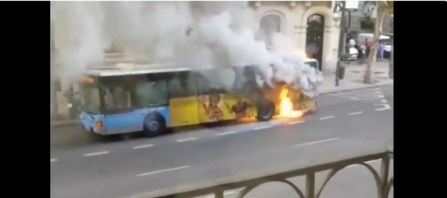 El autobús de la EMT en llamas en las calles de Madrid