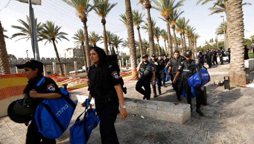 Agentes de policía israelíes patrullan la Ciudad Vieja de Jerusalén en Israel