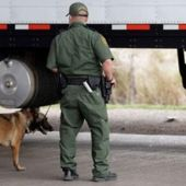 Un agente de la unidad canina de Texas vigila un camión en una foto de archivo