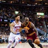 Derrick Rose defiende a LeBron James