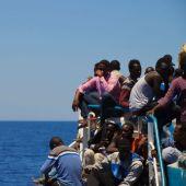 Inmigrantes hacinados en la embarcación de rescate