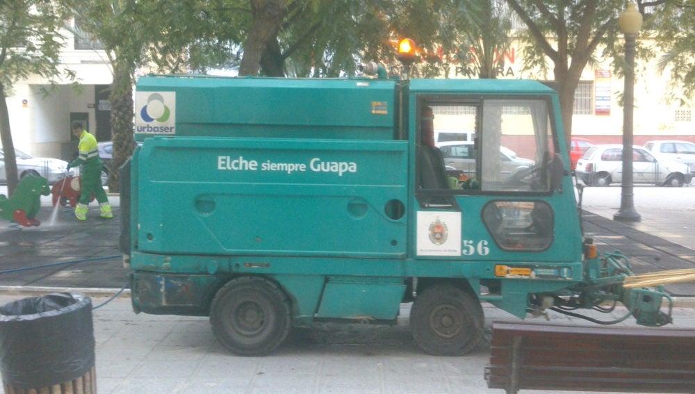 Vehículo de Urbaser limpiando en un parque de Elche