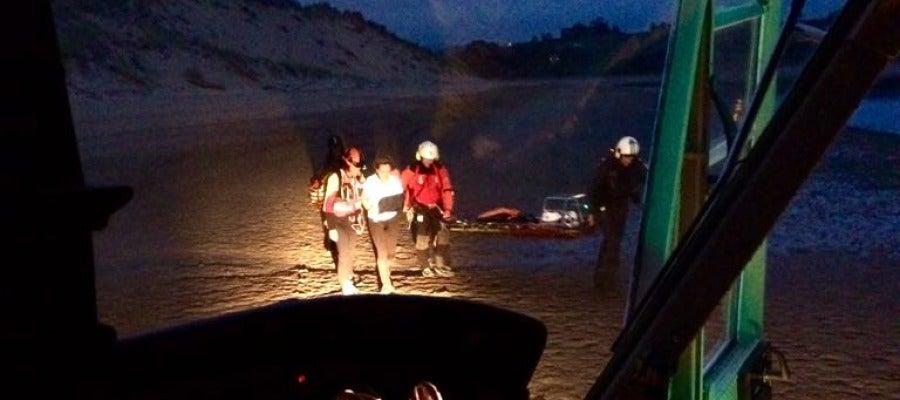 Evacuada de un arenal del abra del Pas una mujer con rotura de húmero