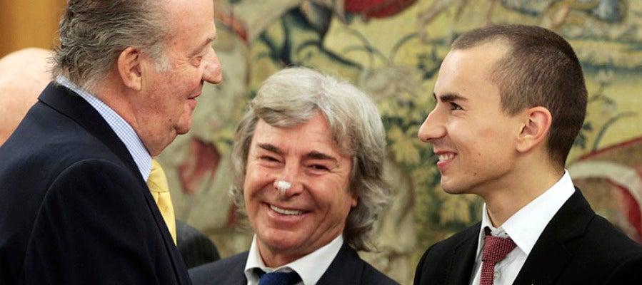 Jorge Lorenzo y Ángel Nieto saludan al Rey Juan Carlos I