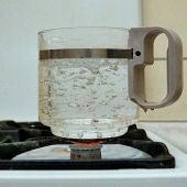 Agua hirviendo, imagen de archivo