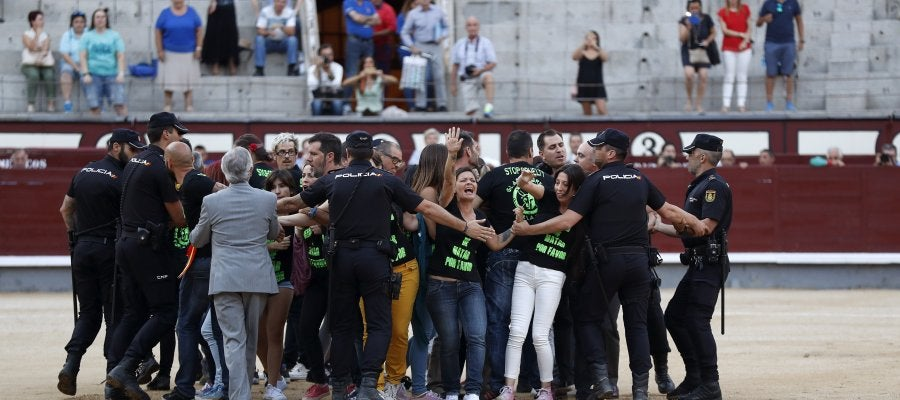 Un grupo de antitaurinos saltan al ruedo antes de la final del certamen de Novilladas Nocturnas