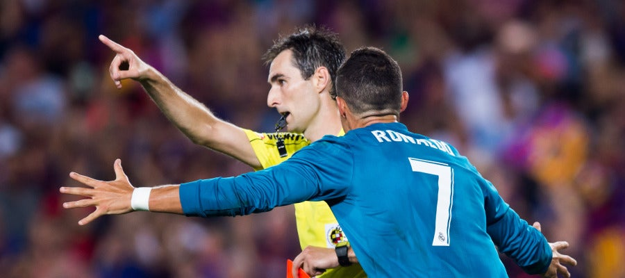 Cristiano Ronaldo protesta su expulsión a De Burgos Bengoetxea