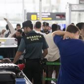 Un guardia civil en el control de equipajes en El Prat