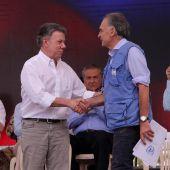 Juan Manuel Santos, presidente de Colombia, y Jean Arnault, el director de la misión en Colombia de Naciones Unidas, escenifican el desarme definitivo de las FARC