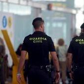 Agentes de la Guardia Civil custodian  los accesos a las puertas de embarque