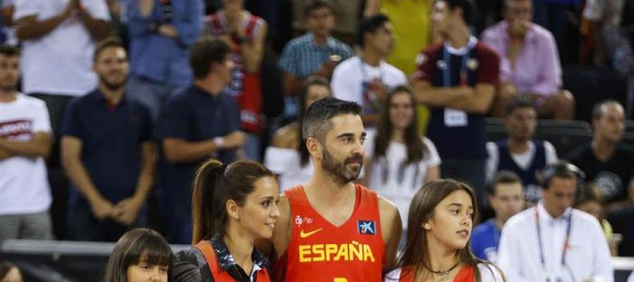 Juan Carlos Navarro, junto a su mujer y sus hijas, en el homenaje que le ha hecho la Selección Española de Baloncesto
