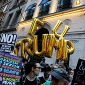 Un grupo de personas protesta fuera de la Torre Trump en Nueva York