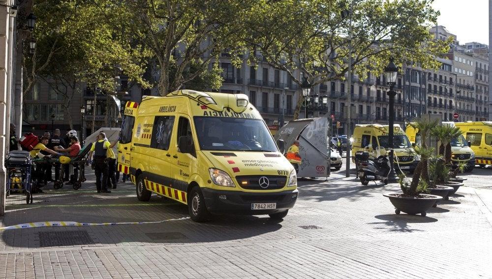 Servicios de emergencia en las inmediaciones del atentado terrorista en Barcelona