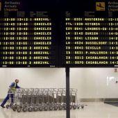 Un operario trabaja en el Aeropuerto de Manises (Valencia)