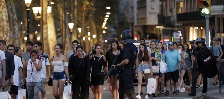 Un grupo de personas se desplaza tras el atentado en Barcelona