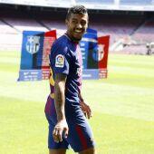 Paulinho, en su presentación con el Barcelona