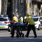 Los servicios de emergencia trasladan a uno de los heridos