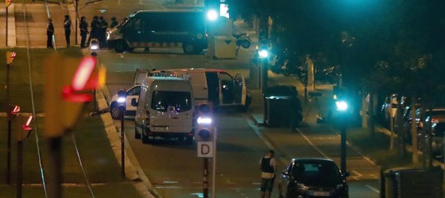 La policía en el lugar donde una personas murió anoche en la localidad de Sant Just Desvern (Barcelona)