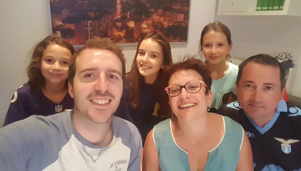 Imagen del joven de Barcelona junto con la familia francesa que acogió en su casa