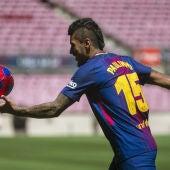 Paulinho da el balón a los aficionados en su presentación