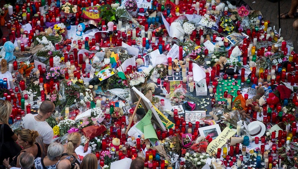 Flores y velas en Las Ramblas para homenajear a las víctimas