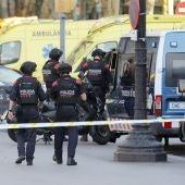 Los Mossos en el lugar del atentado en Barcelona
