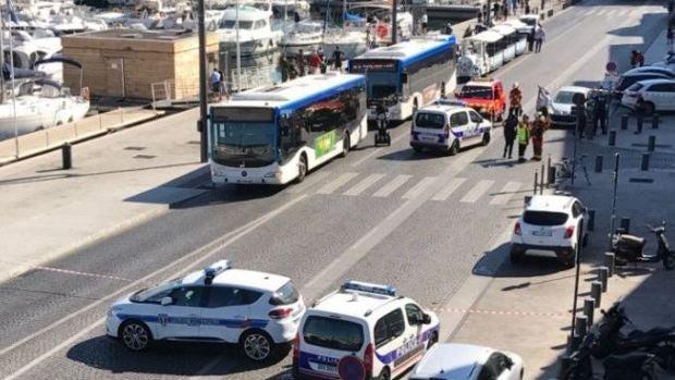Un coche se empotra sobre dos paradas de autobús en Marsella