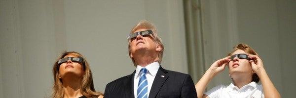 Familia Trump observando el eclipse
