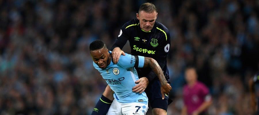 Sterling protege el balón ante Wayne Rooney