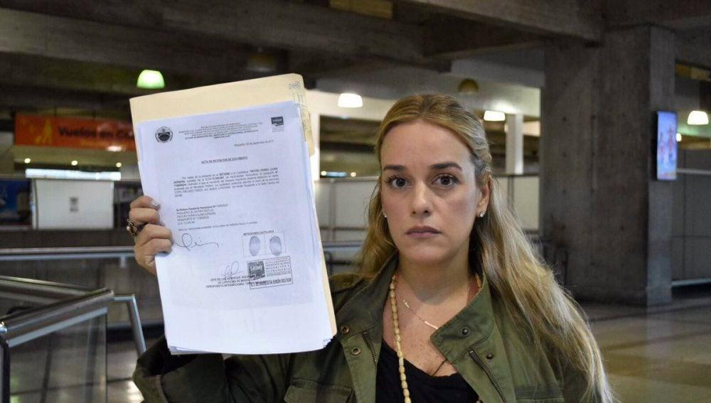 Lilian Tintori con el acta de retención del pasaporte