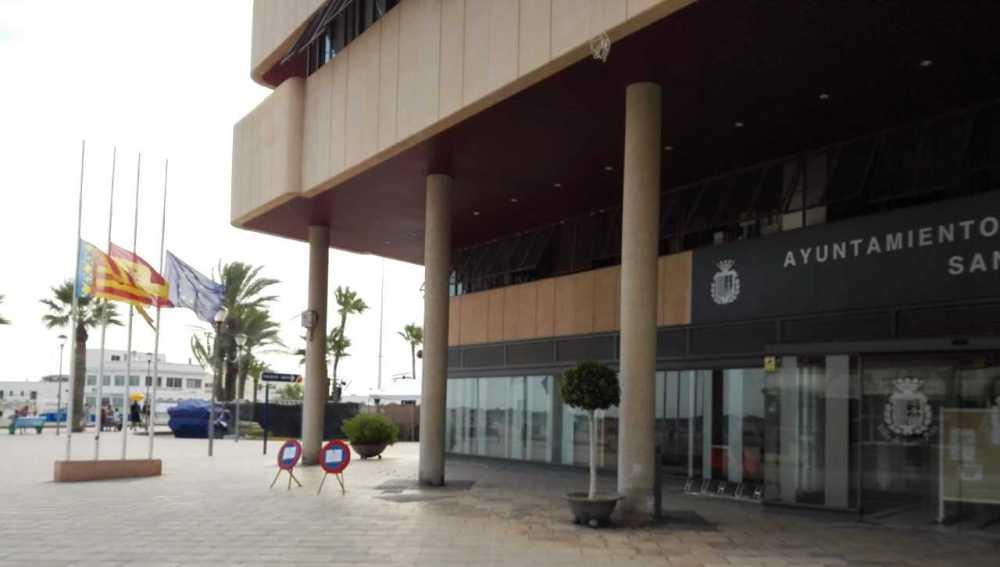 Banderas a media asta en el Ayuntamiento de Santa Pola