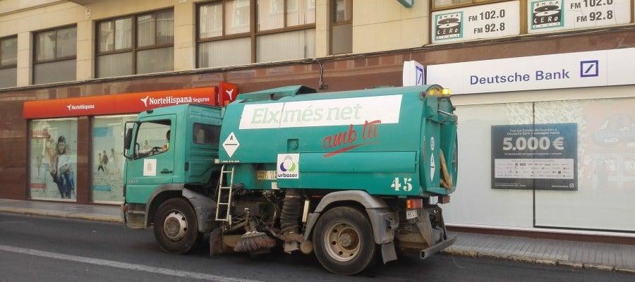 Camión de Urbaser, concesionaria de la limpieza en Elche