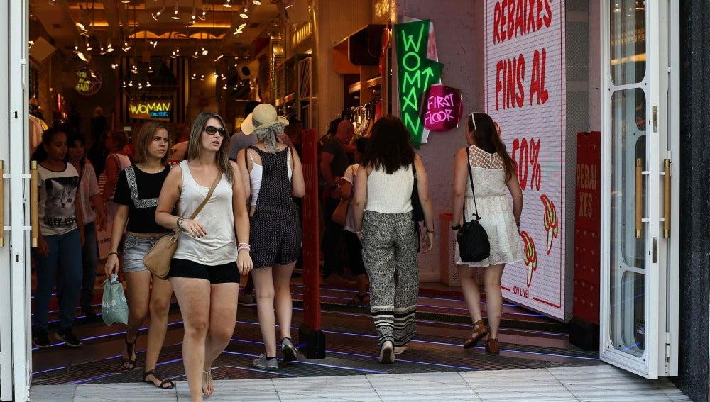 La confianza de los consumidores ha crecido ligeramente en agosto por la mejor valoración que los españoles tienen de la situación económica y laboral actual, lo que ha servido para compensar el empeoramiento de sus expectativas sobre la economía a seis meses.