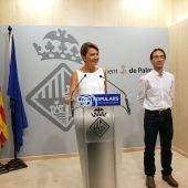 La portavoz del grupo municipal popular en Palma, Marga Durán, y el regidor Guillermo Sánchez.